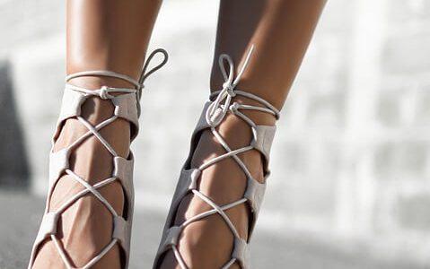 Sandałki na słupku czy szpilce – jakie wybrać?